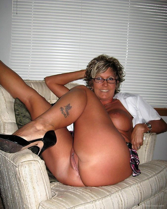 Damn this milf is sexy