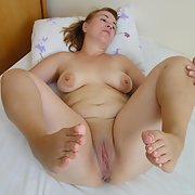 Chubby wife with sexy toes spreading in these nude pics